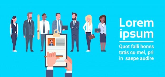 Hr hand hold cv hervatten van zakenman over groep van mensen uit het bedrijfsleven kies kandidaat voor vacature job Premium Vector