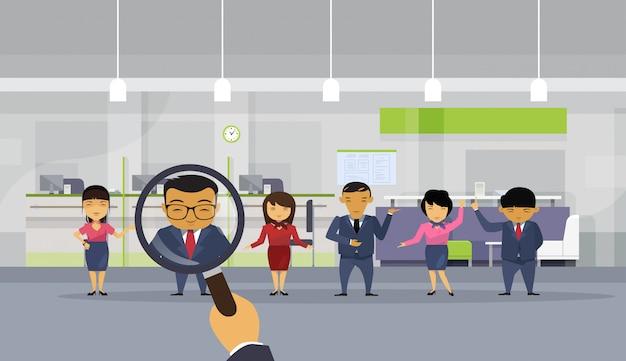 Hr hand hold vergrootglas zakenman kiezen uit aziatische zakenmensen Premium Vector