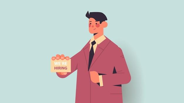 Hr manager holding we huren poster vacature open werving human resources concept horizontaal portret vector illustratie Premium Vector
