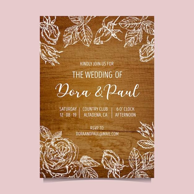 Huwelijksuitnodiging met houten achtergrond Gratis Vector