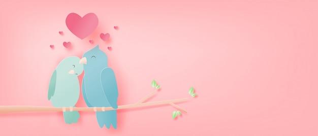 Illustratie van liefde met vogels op boomtakken en hartvorm in document besnoeiingsstijl Premium Vector