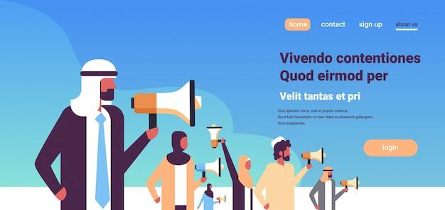 Indiase zakenmensen houden megafoon banner Premium Vector