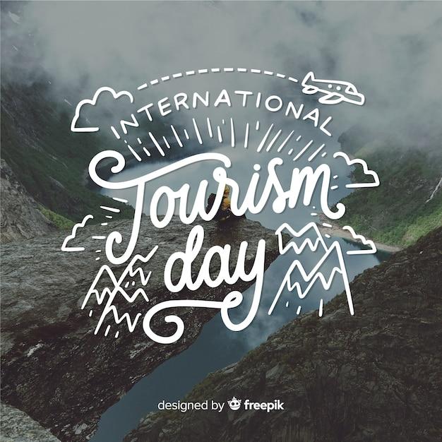 Internationale toerismedag met aardlandschap Gratis Vector