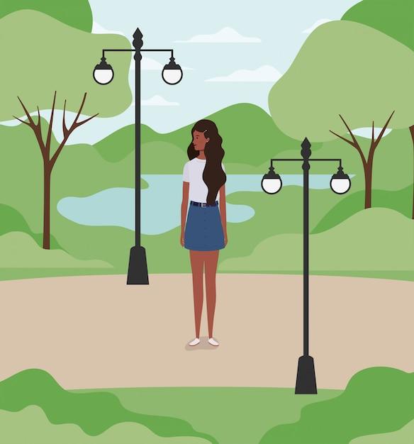 Jong en mooi afromeisje in het park Premium Vector