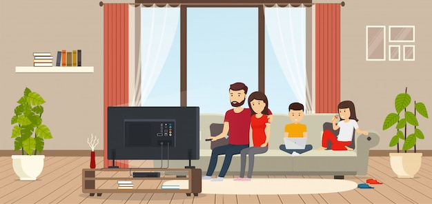 Jong gezin thuis zittend op de bank, tv kijken, kind bezig met laptop, dochter eten van ijs. moderne binnenkamer met panoramische ramen. Premium Vector