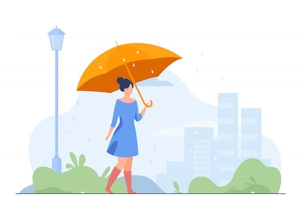 Jong meisje met oranje paraplu vlakke afbeelding Gratis Vector