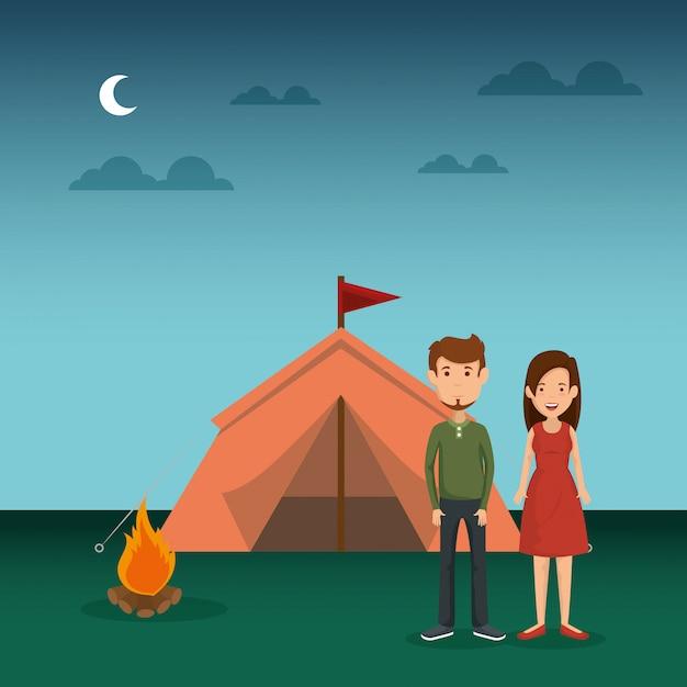 Jong stel in de camping zone Gratis Vector