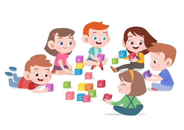 Jonge geitjeskinderen die met de illustratie van het blokkenspeelgoed spelen Premium Vector