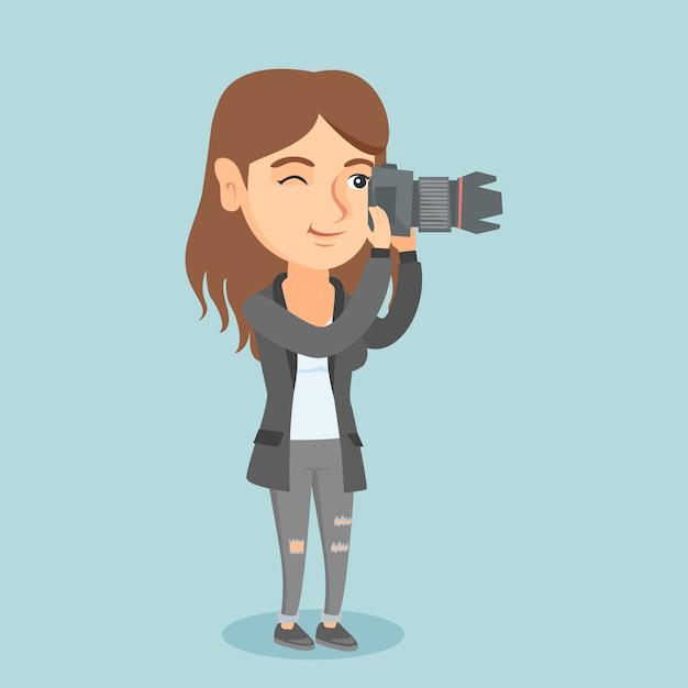 Jonge kaukasische fotograaf die een foto neemt. Premium Vector