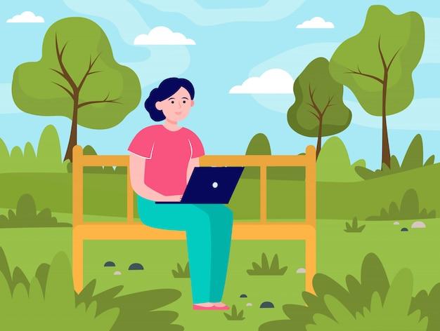 Jonge vrouw die met laptop in park werkt Gratis Vector