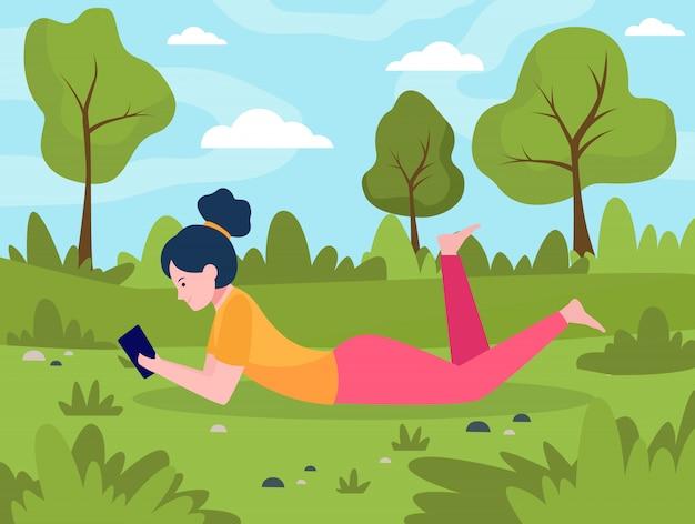 Jonge vrouw liggend op de weide met smartphone Gratis Vector