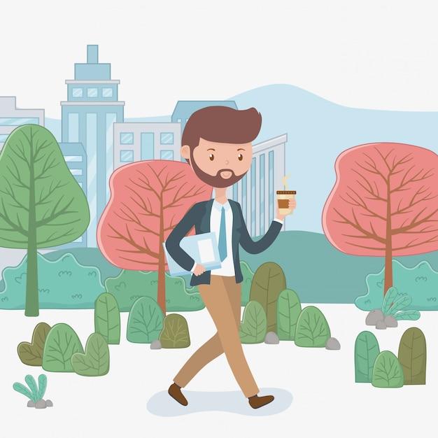 Jonge zakenman met koffie die in het park loopt Gratis Vector