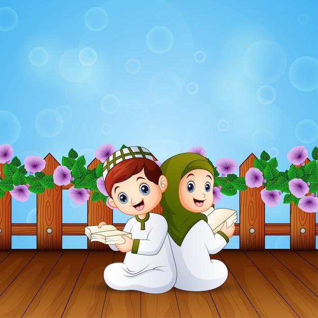 Jongen en meisjeslezingsboek voor islamitische festivalsviering Premium Vector