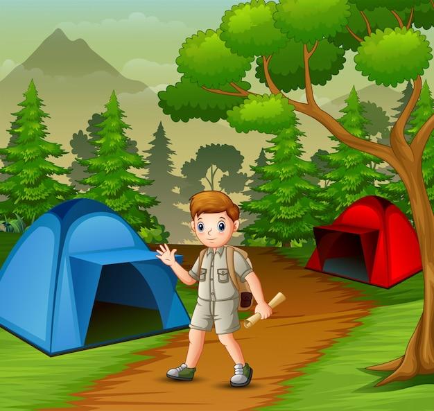 Jongen in ontdekkingsreizigeruitrusting die uit in aard kamperen Premium Vector