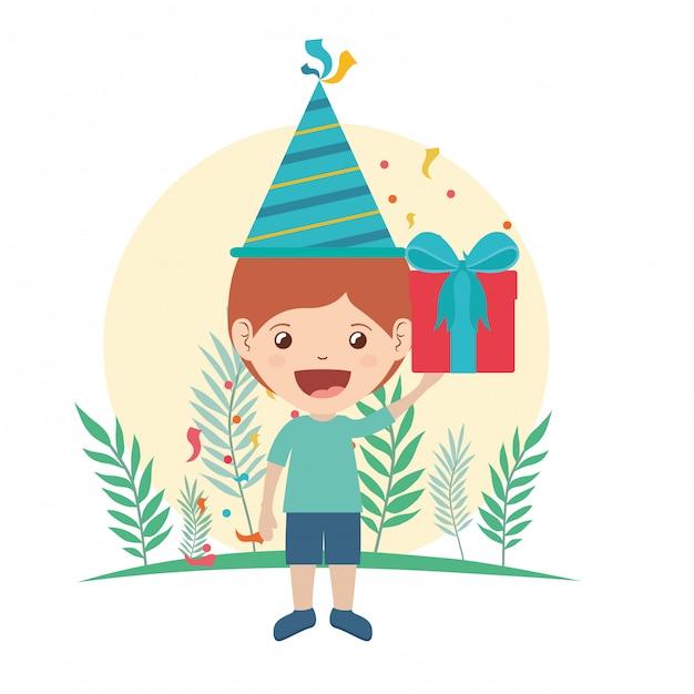 Jongen met feestmuts en geschenkdoos in verjaardagsviering Premium Vector