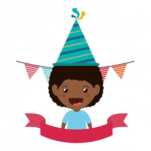 Jongen met feestmuts in verjaardagsviering Premium Vector
