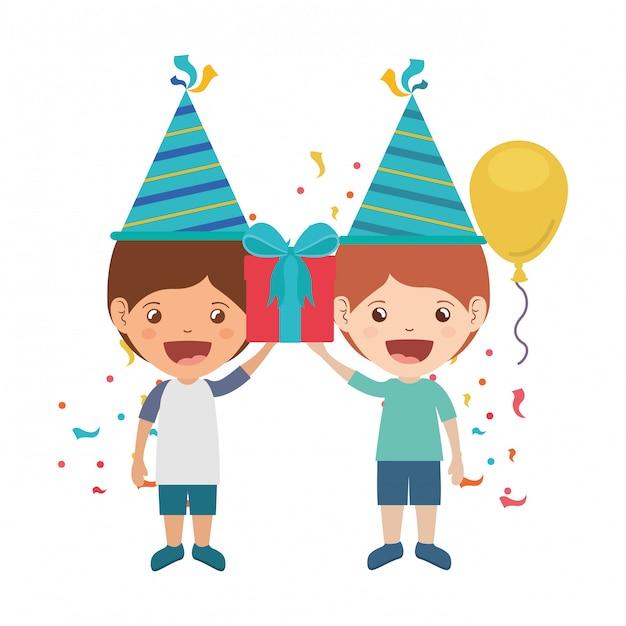Jongens met feestmuts in verjaardagsviering Premium Vector