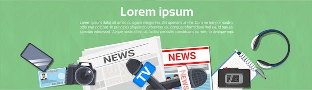Journalist werkplek concept horizontale banner bovenaanzicht van krant, microfoon, bandrecorder Premium Vector