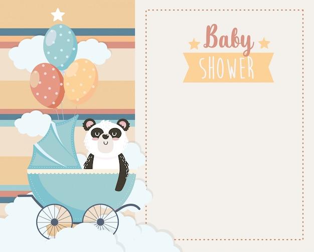 Kaart van schattige panda in het vervoer en ballonnen Gratis Vector