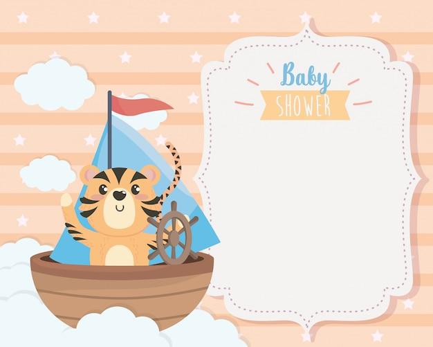 Kaart van schattige tijger in het schip en de wolken Gratis Vector