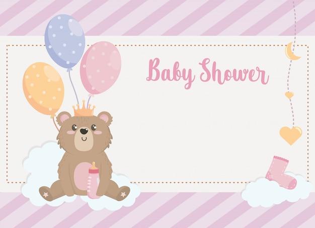 Kaart van teddybeer met kroon en ballendecoratie Gratis Vector