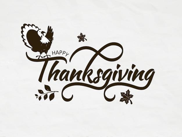 Kalligrafie van happy thanksgiving met turkije vogel en herfstbladeren op witte wenskaart Premium Vector