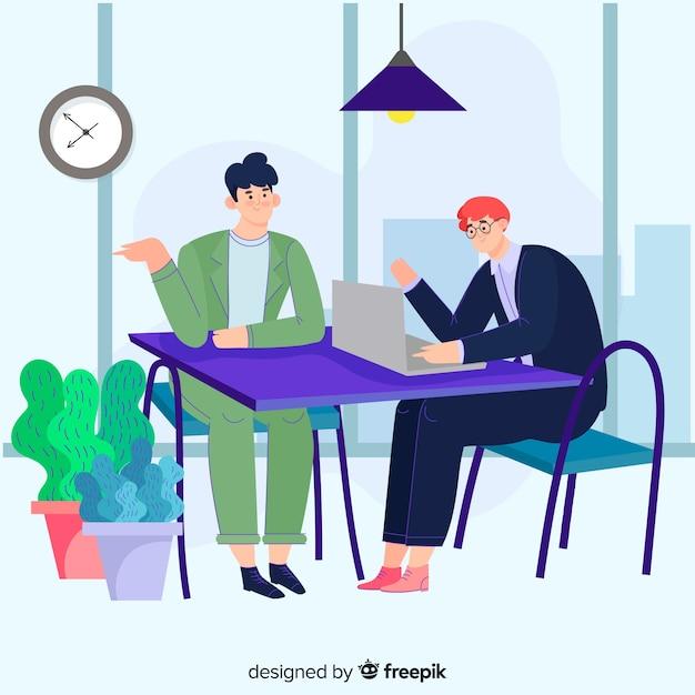 Kantoormedewerkers zitten aan een bureau en praten met elkaar Gratis Vector