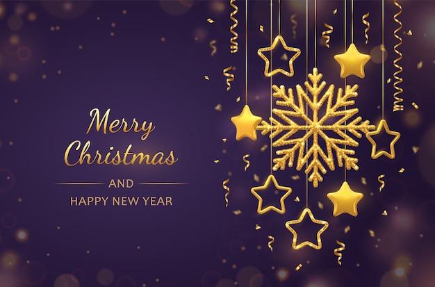 Kerst paarse achtergrond met hangende glanzende gouden sneeuwvlokken, 3d metalen sterren en ballen. vakantie kerstmis en nieuwjaar wenskaart. Premium Vector
