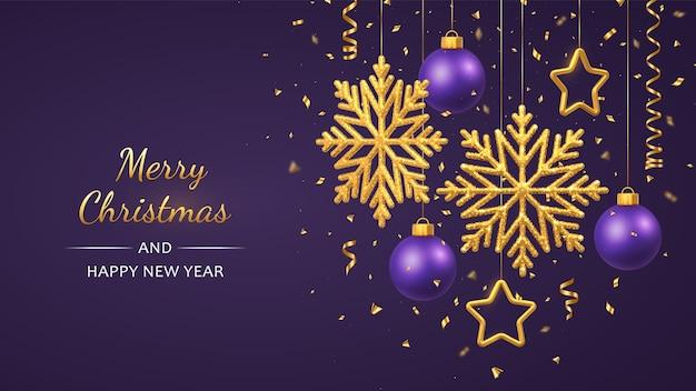 Kerst paarse achtergrond met hangende glanzende gouden sneeuwvlokken metalen sterren en ballen Premium Vector