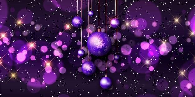 Kerstbanner met bokehlichten en hangende snuisterijen Gratis Vector