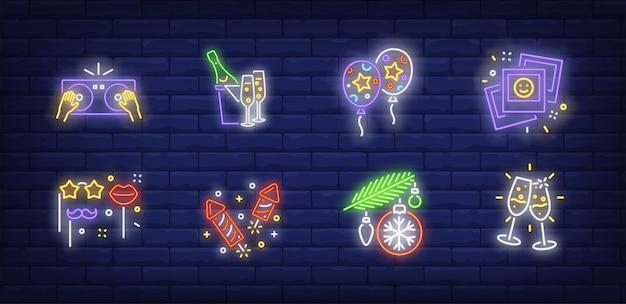 Kerstfeest symbolen in neon stijl Gratis Vector