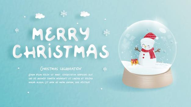 Kerstkaart met schattige sneeuwpop in een sneeuwbol in papier gesneden stijl. Premium Vector