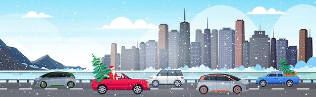 Kerstman auto rijden met fir tree vrolijk kerstfeest gelukkig nieuwjaar vakantie feest Premium Vector