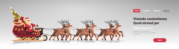 Kerstman in slee met rendieren in kerstmisbanner voor bestemmingspagina Premium Vector