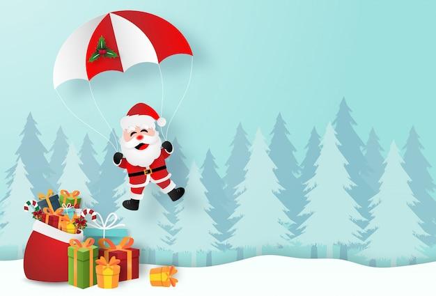 Kerstman met kerstcadeaus in dennenbos Premium Vector