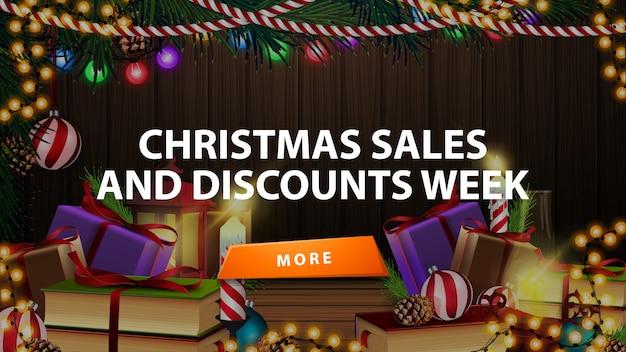 Kerstmisverkoop en kortingsweek, kortingsbanner met vele cadeaus in ruimte met houten muur en kerstmisdecor Premium Vector