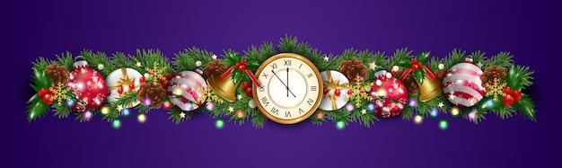Kerstversiering met dennentakken, klok, kerstballen, ballen, gouden bellen, hulstbessen, geschenkdoos en licht. ontwerpelement voor kerstmis en nieuwjaarskaart op paarse achtergrond. Premium Vector