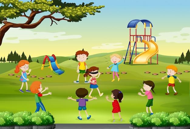 Kinderen blind spelen gevouwen in het park Gratis Vector