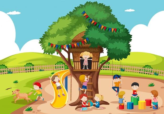 Kinderen die bij boomhuis spelen Gratis Vector
