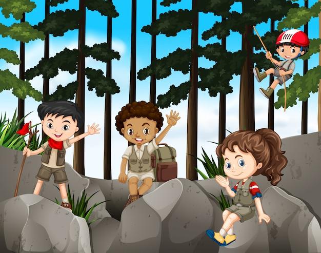 Kinderen die de berg beklimmen Gratis Vector
