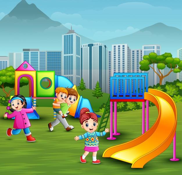 Kinderen die in de speelplaats spelen Premium Vector