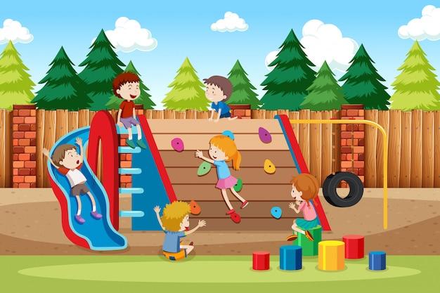 Kinderen die in speelplaats spelen Gratis Vector