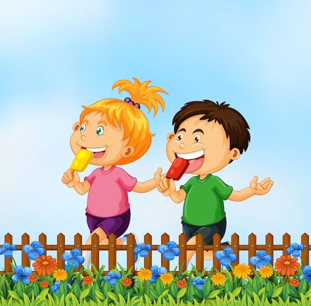 Kinderen die roomijs in de tuin eten Gratis Vector