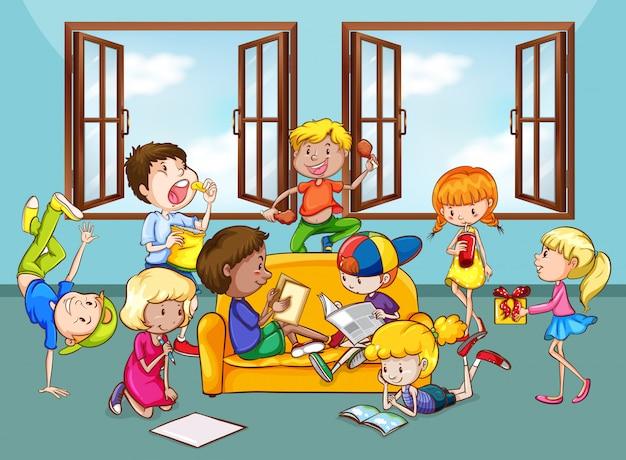 Kinderen doen activiteiten in de woonkamer Gratis Vector