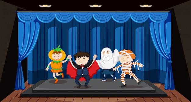 Kinderen doen rollenspel op het podium Gratis Vector
