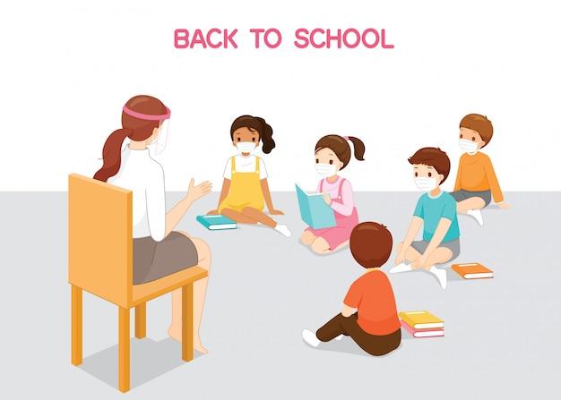 Kinderen dragen chirurgische maskers zittend op de vloer, luisteren vrouwelijke leraar lesgeven, terug naar school, bescherming coronavirusziekte, covid-19 Premium Vector