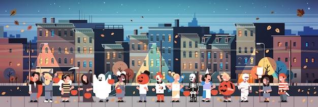 Kinderen dragen monsters kostuums wandelen nacht stad banner Premium Vector