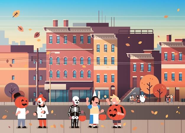 Kinderen dragen monsters kostuums wandelen stad vakantie achtergrond Premium Vector