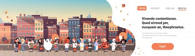 Kinderen dragen monsters kostuums wandelen stad vakantie banner Premium Vector