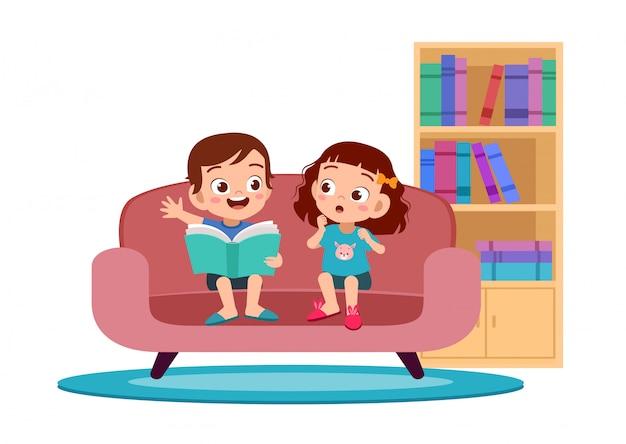 Kinderen jongen en meisje lezen in bank Premium Vector